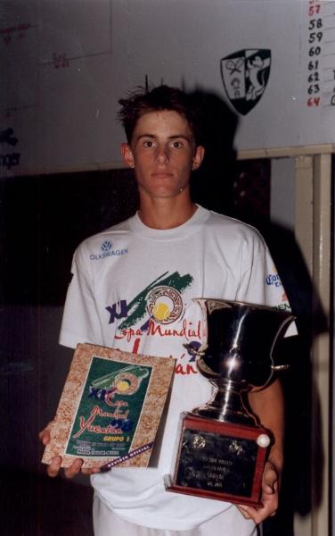 andy-rodick-con-trofeo-y-revista-oficial